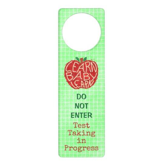 La prueba de la sala de clase del profesor no colgador para puerta