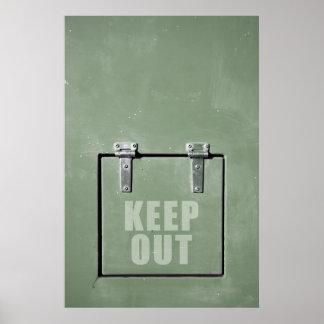 La puerta verde del metal, guarda hacia fuera póster