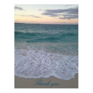 La puesta del sol de Bahamas le agradece postal