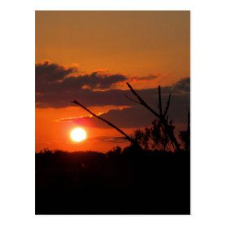 La puesta del sol hermosa postal