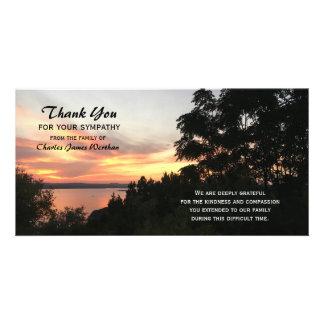 La puesta del sol y la condolencia del árbol le tarjeta