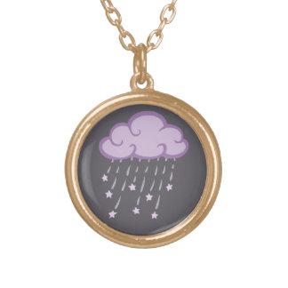La púrpura encrespa la nube de lluvia con las collar dorado