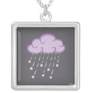 La púrpura encrespa la nube de lluvia con las collar plateado