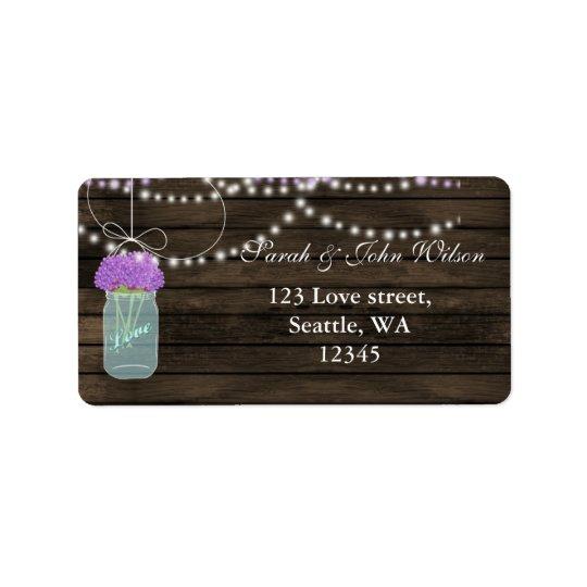 La púrpura florece el boda de madera del granero etiquetas de dirección
