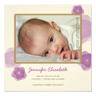 La púrpura florece la invitación del nacimiento