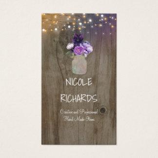 La púrpura florece la madera y luces rústicas del tarjeta de negocios