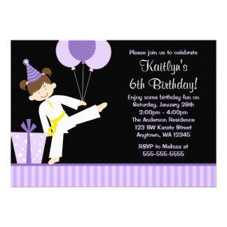 La púrpura hincha cumpleaños del chica del karate