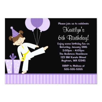 La púrpura hincha cumpleaños del chica del karate invitación 12,7 x 17,8 cm