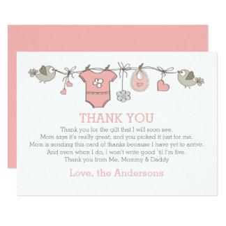 La ropa elegante rosada del chica le agradece invitación 12,7 x 17,8 cm