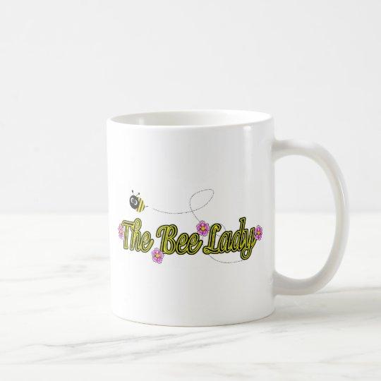 la señora de la abeja con las flores taza de café