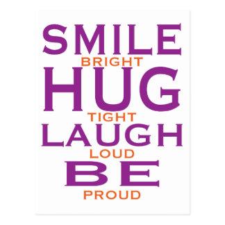 La sonrisa brillante, abraza firmemente, risa postal