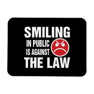 La sonrisa en público está contra la ley imán