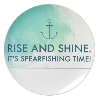 La subida y lo brilla es tiempo de Spearfishing Plato