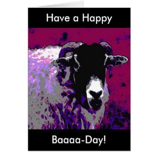 La tarjeta de cumpleaños divertida tiene una oveja