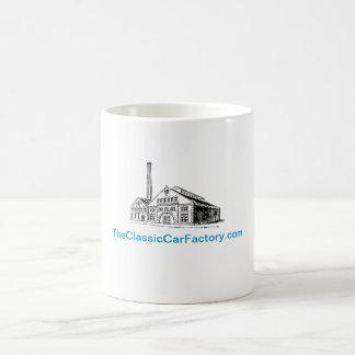 La taza de café clásica de la fábrica del coche