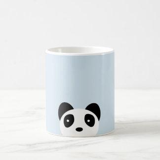 La taza de la panda de la mirada furtiva