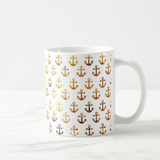 La textura ambarina ancla el modelo taza de café