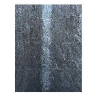 La textura gris del metal del fondo ata la postal