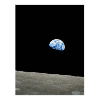La tierra sube de la luna postal