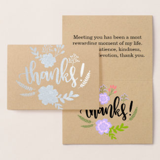 La tipografía floral del efecto metalizado de tarjeta con relieve metalizado