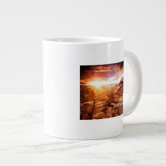 La torre de la palmatoria del extremo de los días taza de café grande