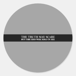 La verdad puede asustar pegatina redonda