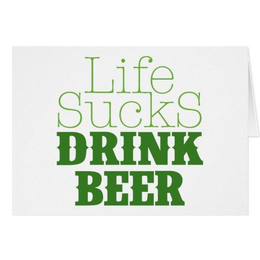 La vida chupa la cerveza de la bebida tarjeta