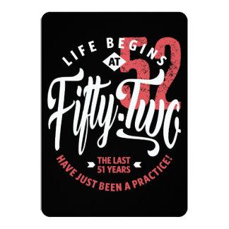 La vida comienza en el 52.o cumpleaños del 52% el invitación 12,7 x 17,8 cm