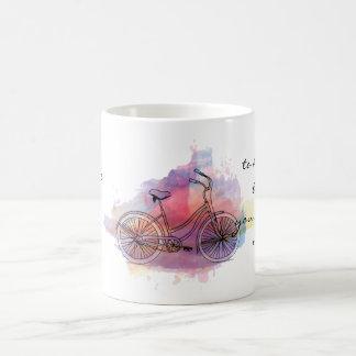 La vida es como montar una bicicleta taza básica blanca