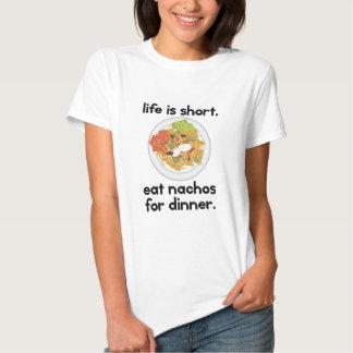 La vida es corta. Coma los nachos para la cena Camiseta