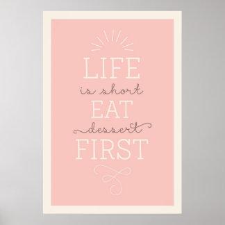La vida es corta come el postre primero cita el póster