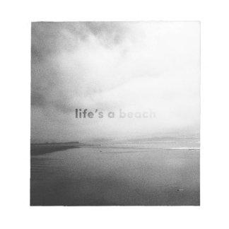La vida es una playa - foto tipográfica blanco y bloc de notas