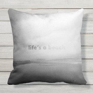 La vida es una playa - foto tipográfica blanco y cojín decorativo