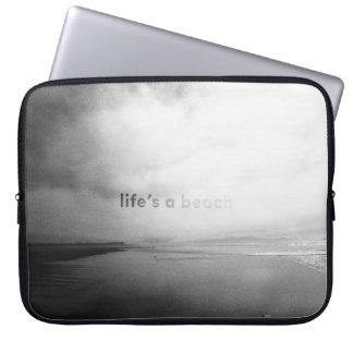 La vida es una playa - foto tipográfica blanco y funda para portátil