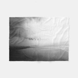 La vida es una playa - foto tipográfica blanco y manta polar