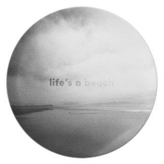 La vida es una playa - foto tipográfica blanco y plato de cena