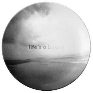 La vida es una playa - foto tipográfica blanco y plato de porcelana