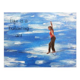 La vida es una postal del ejercicio de equilibrio