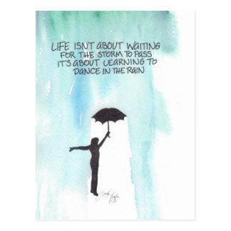 La vida no está sobre esperar la tormenta para postal
