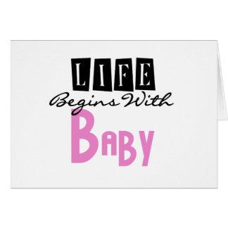 La vida rosada comienza con el bebé tarjeta de felicitación