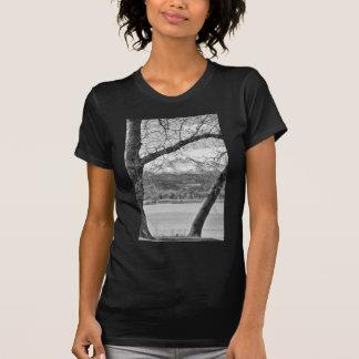 La visión a través de los árboles desea BW máximo Camisetas