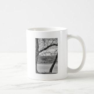 La visión a través de los árboles desea BW máximo Taza Básica Blanca