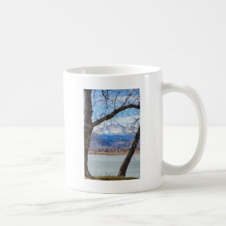 La visión a través de los árboles desea pico taza básica blanca