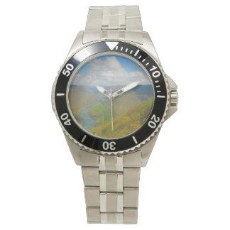 La visión magnífica pasa por alto el condado de reloj de pulsera