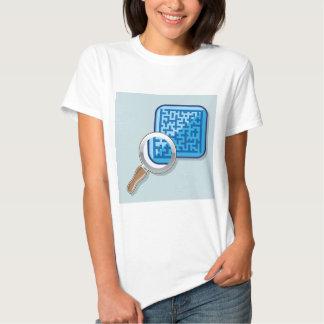 Laberinto bajo vector de la lupa camiseta