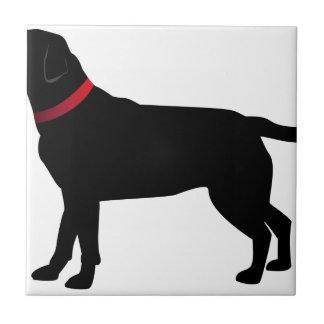 Labrador negro con el cuello rojo azulejo de cerámica