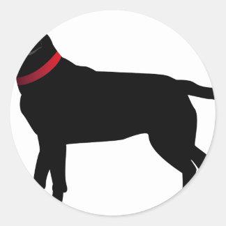 Labrador negro con el cuello rojo pegatina redonda