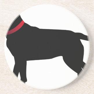 Labrador negro con el cuello rojo posavasos
