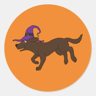 Labrador retriever del chocolate con el gorra de pegatina redonda