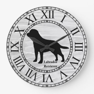 Labrador retriever en la madera lavada reloj redondo grande